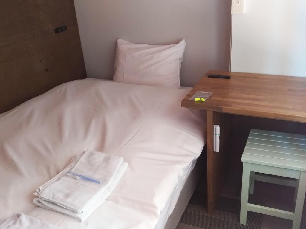 シモンズ社製120cmセミダブルベッドを使用。ゆったりとお寛ぎ下さいませ。