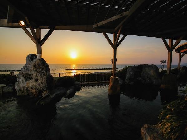 日本海と夕陽を一望 大浴場露天風呂
