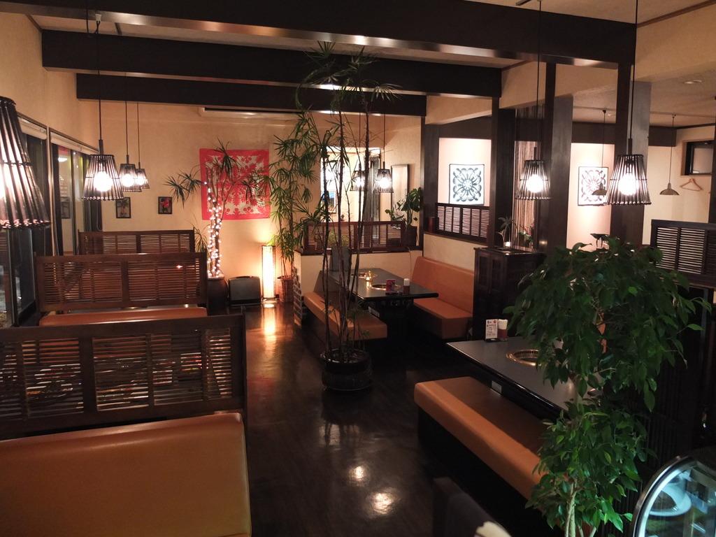 """地元にも人気の直営レストラン""""網焼きHANA""""店内"""
