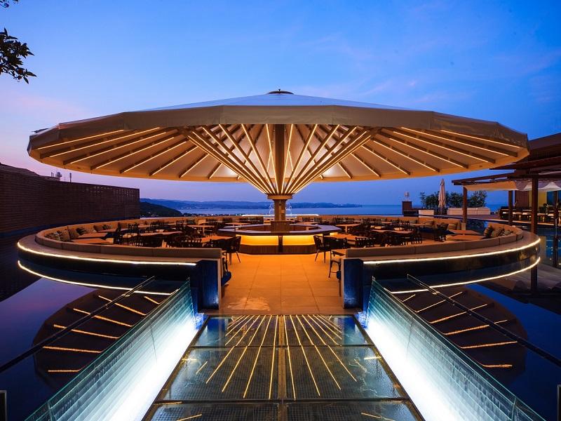 オープンエアダイニング フローティングアイランド シーズテラスOPEN!別府湾を一望、中館ご宿泊のお客様ご優先の水の上のテラス席がオープンいたしました!