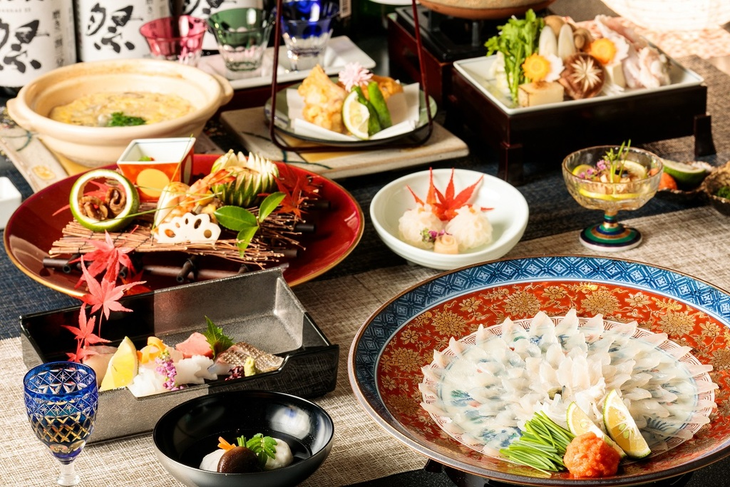 You can enjoy the Fuku Kaiseki Dinner from the very first restaurant, SHUNPANROU, in SUGINOI HOTEL! Fuku Sashimi is for 2 people size.