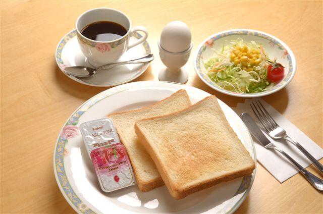 パン食のご朝食の一例です♪トーストはスタッフがお焼きします!