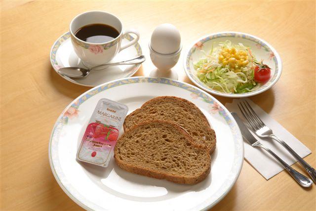 パン食のご朝食の一例です♪ご希望の方には雑穀パンもご用意しております。
