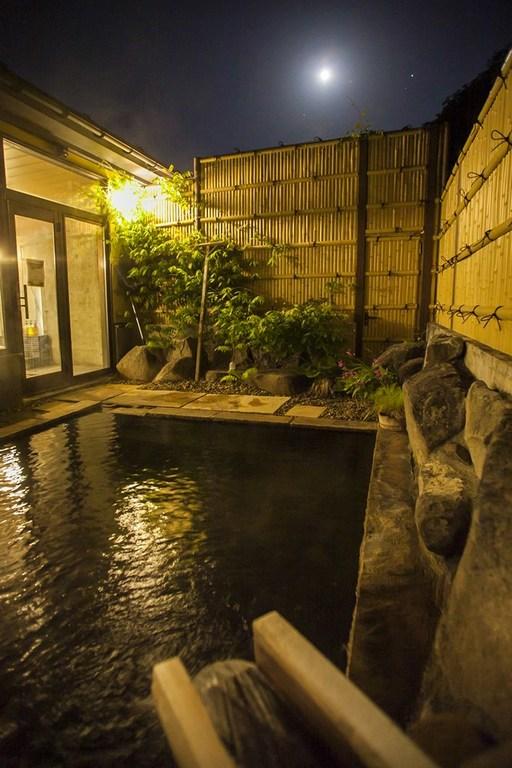 秋風吹く、月夜の露天風呂でのんびり天を仰ぐ