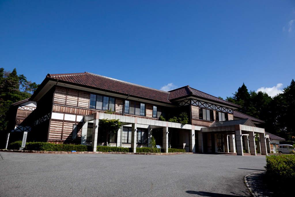 隣接する現役最古の吹屋小学校を模したホテル外観