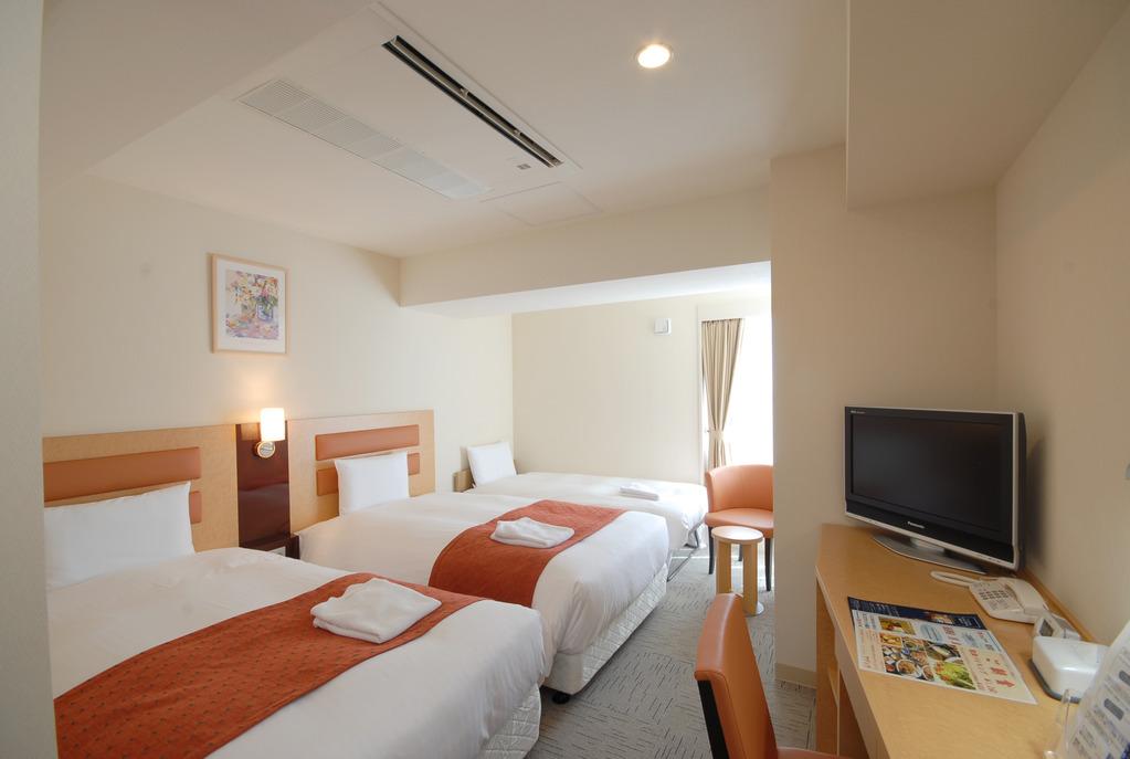 【トリプルルーム】26平米、ベッド幅120cm×2台。簡易ベッド1台。WifiOK。加湿機能付空気清浄機完備!