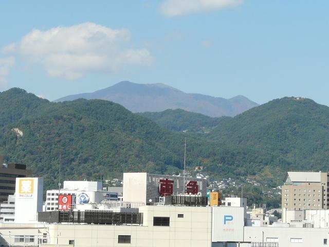 上層階駅側より望む飯縄山
