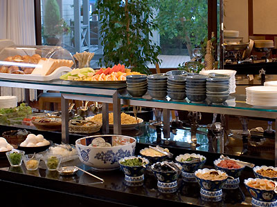約30種のホテルバイキングで朝食を。