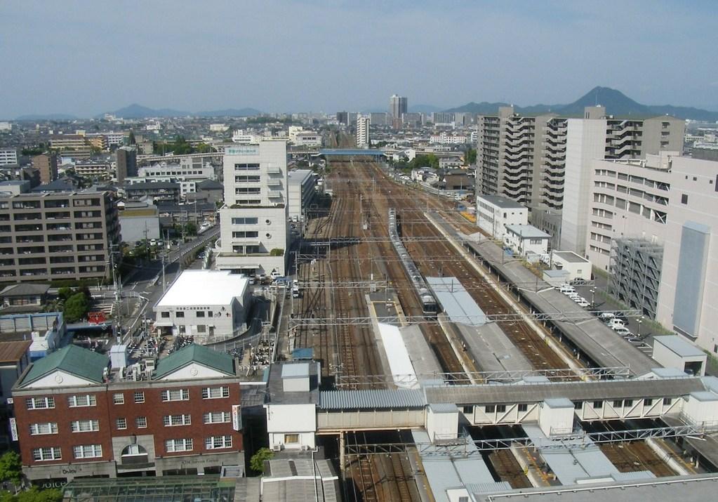 線路の真上にいるかの様な錯覚をおこすほどのトレインビュー。近江富士も望めます。(米原方面)