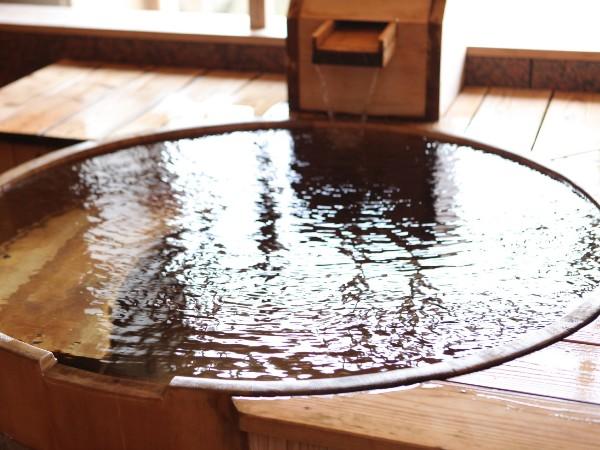4つの貸切風呂の中でも一番密着度が高い『新生』のお風呂。嬉野川も望める