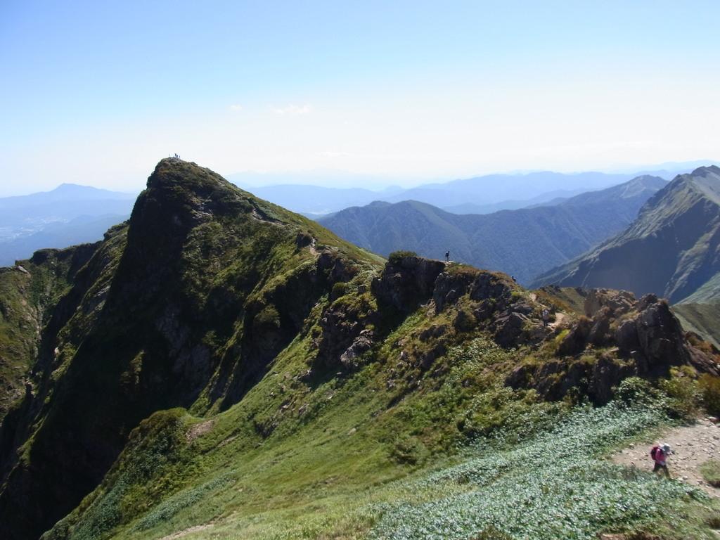 谷川岳登山。オキの耳山頂からトマの耳山頂を振り返る