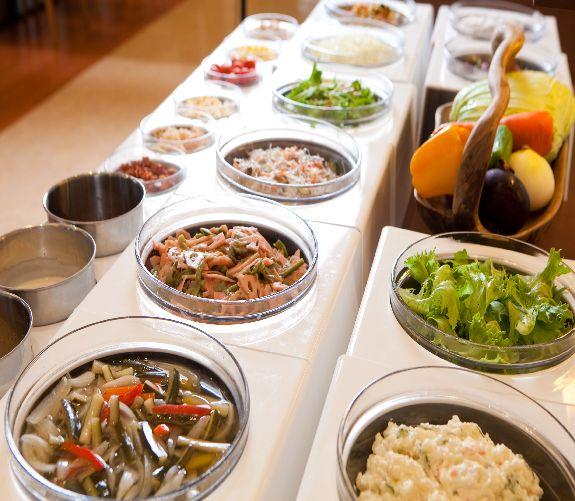 50種類の料理が並ぶ朝食バイキング