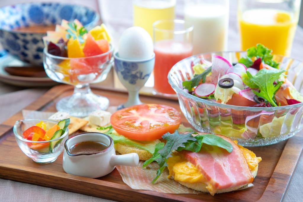 フレッシュ野菜と厚切りベーコンが人気のマフィン朝食