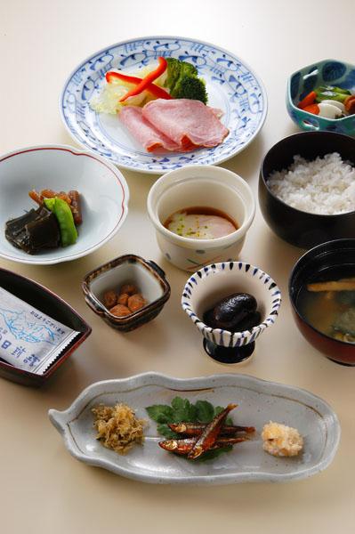 ご朝食の参考写真です。温泉卵や当地産の花いんげん豆の甘露煮などをお召し上がり頂きます。