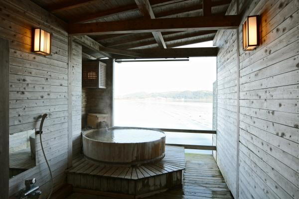 東郷湖が一望できる貸切露天風呂「金燐」