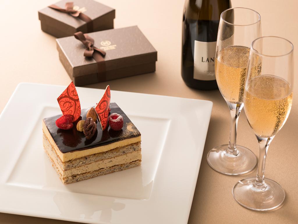 スパークリングワインとシェフパティシエが手がけるショコラケーキを