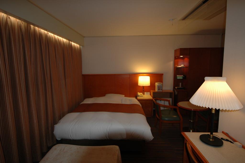18平米ゆったりスタンダード ダブル 寝具は清潔なデュベスタイル。