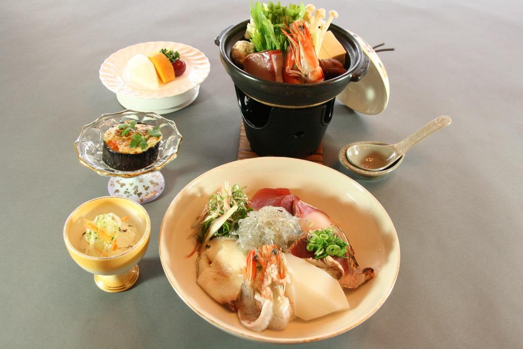 ご夕食(イメ−ジ)※寄せ鍋の内容が変更になる場合がございます。