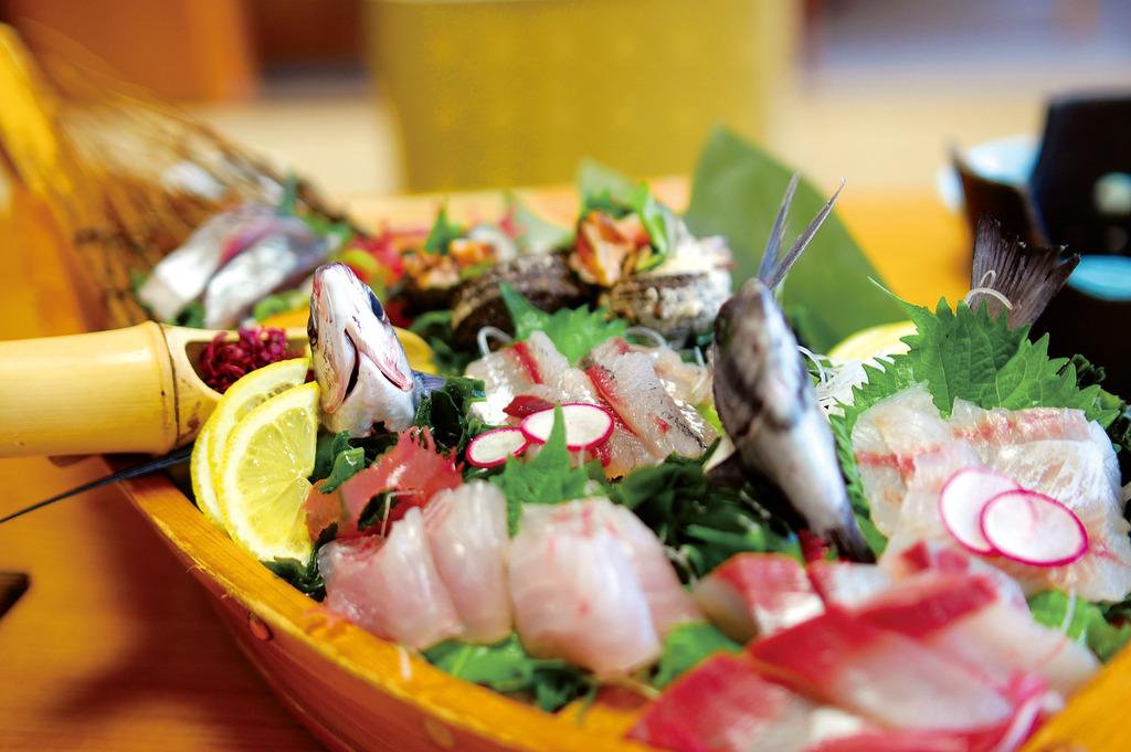 日本海の幸を舟盛りで当館1番人気です。お食事は会食場でご案内いたします。