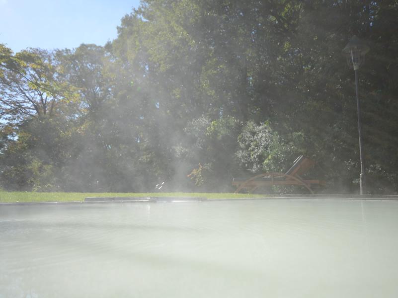 気候により白濁する、源泉かけ流しの露天風呂。