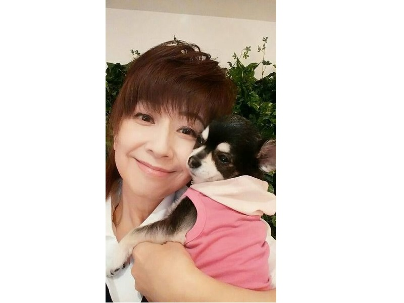 犬を抱っこしている大場久美子