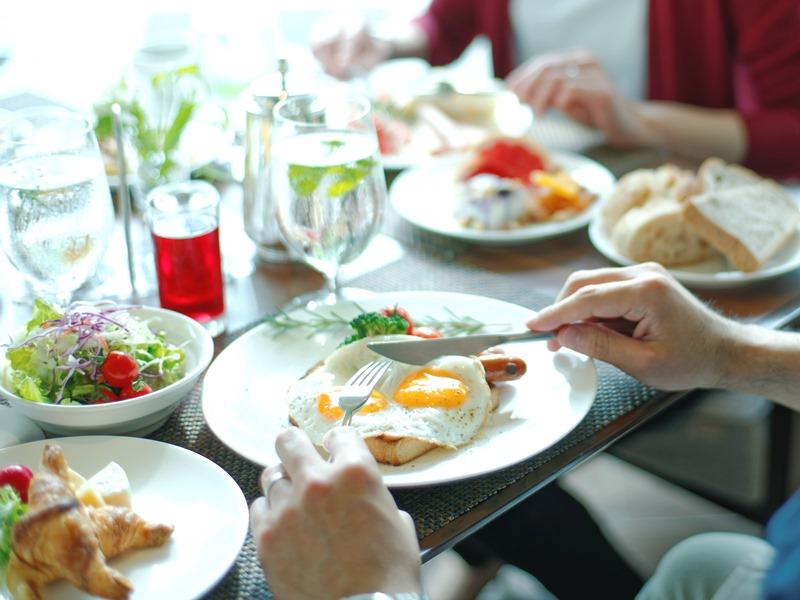 健康的な朝食とともに心地よい朝の目覚めを