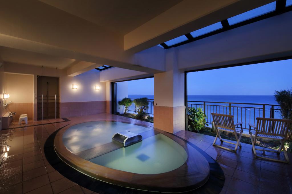 展望露天風呂 夢幻(むげん)は、海を一望する和風展望風呂です。