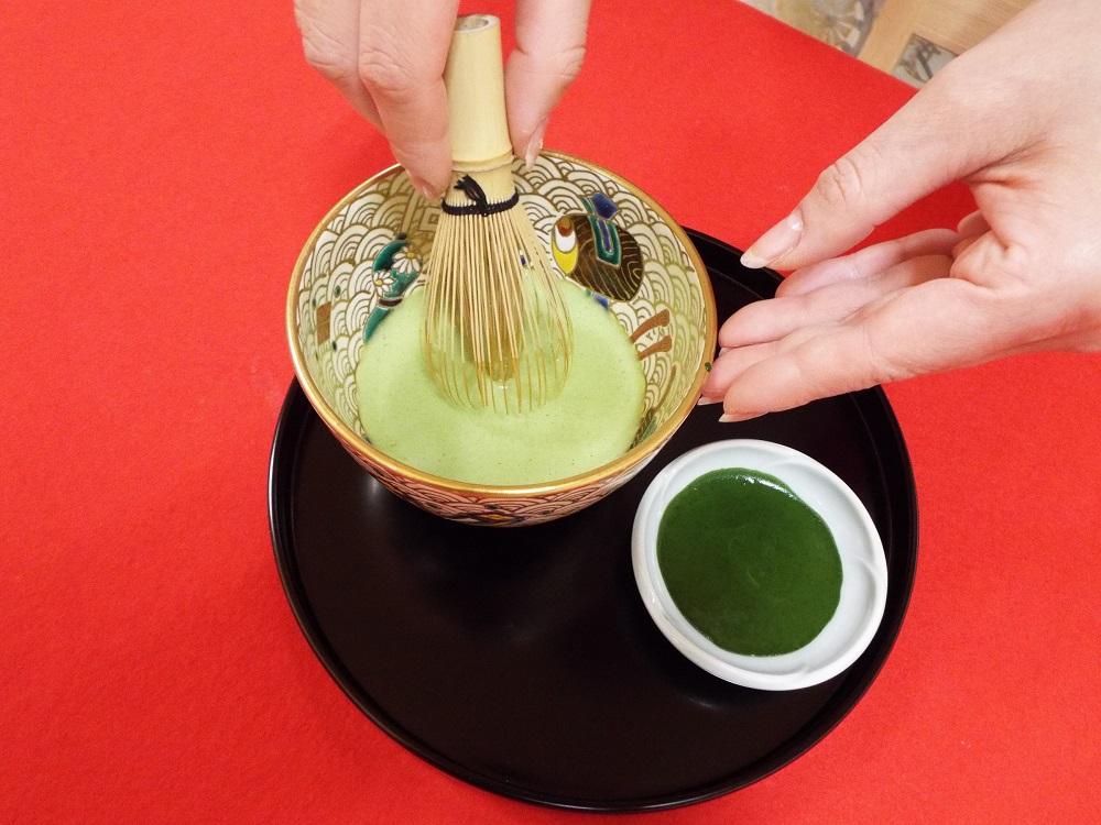 用抹茶當顏料在抹茶上作畫