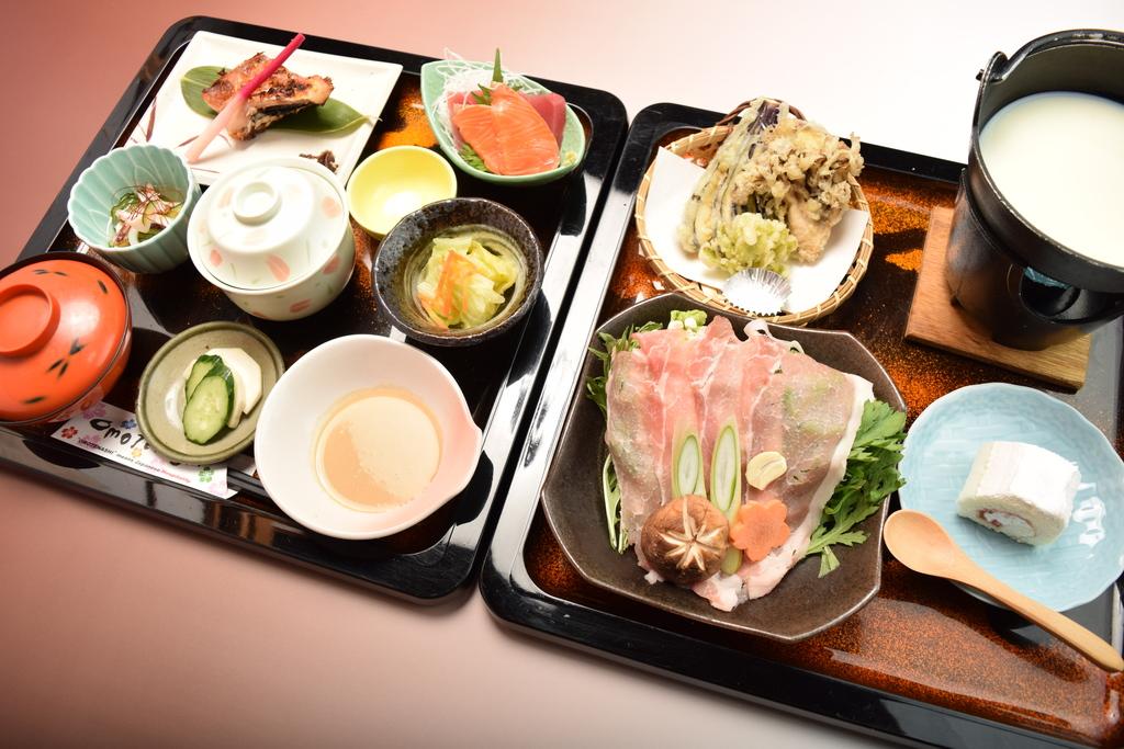 ご夕食一例(榛名豚を使った豆乳鍋などをメインにお楽しみ頂けます。)
